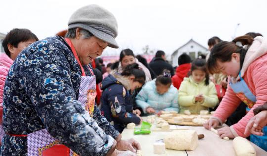 百位村民欢庆元宵佳节