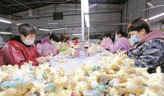 赶制出口玩具 稳定就业增收